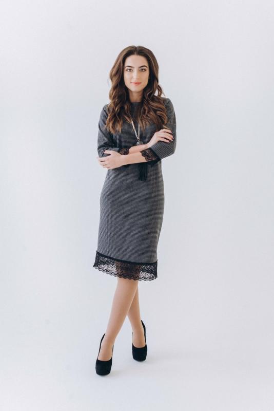 Темное платье с кружевом